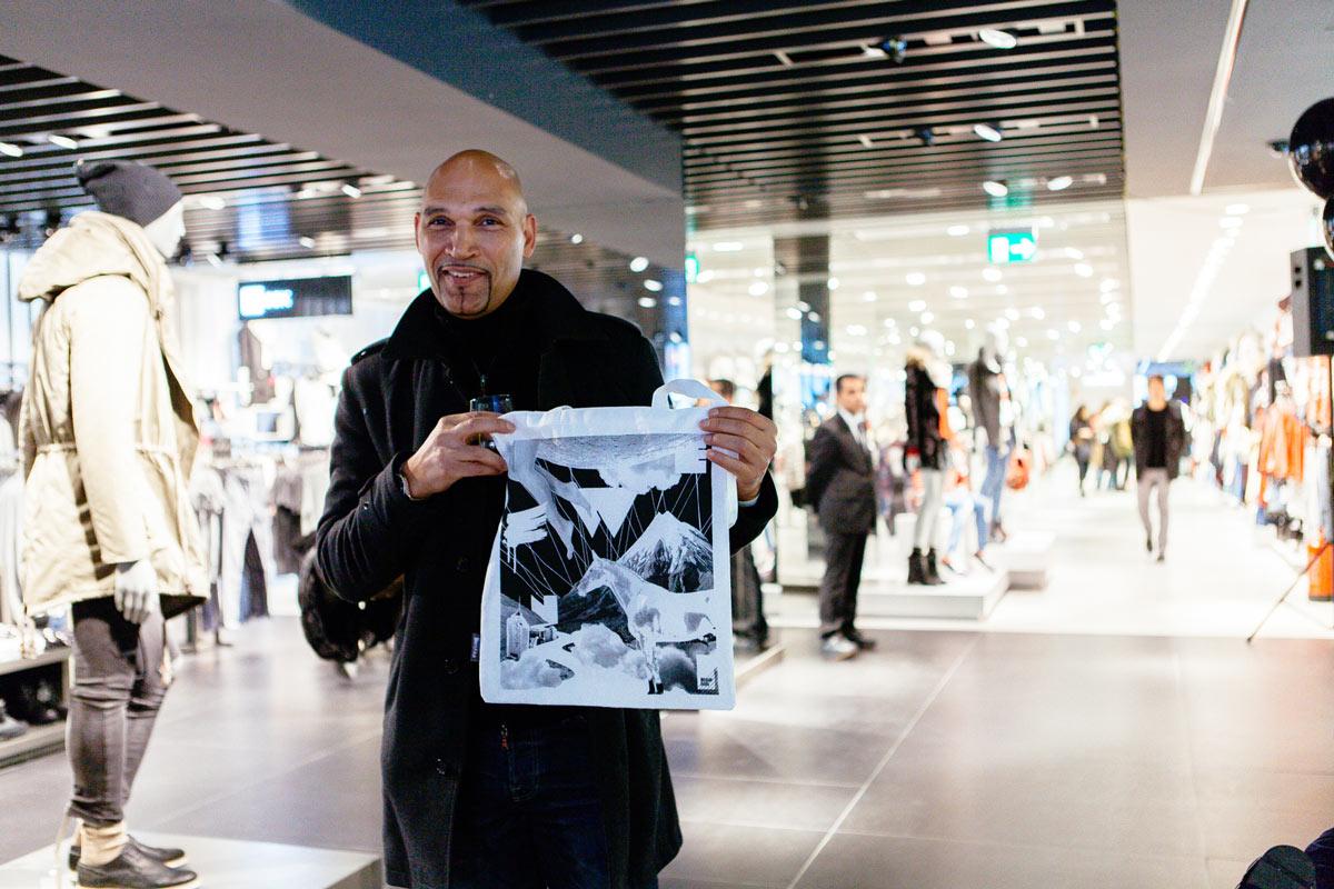 Bags und Taschen selber bedrucken und mitnehmen. Postdigitaler Ansatz von CROMATICS zur Bershka Flagship Store Eröffnung in Wien.