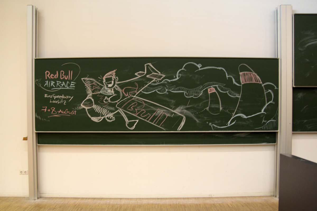 Die Tafel der TU Dresden wurde bemalt von einem Künstler von CROMATICS für Red Bull Air Race 2010.