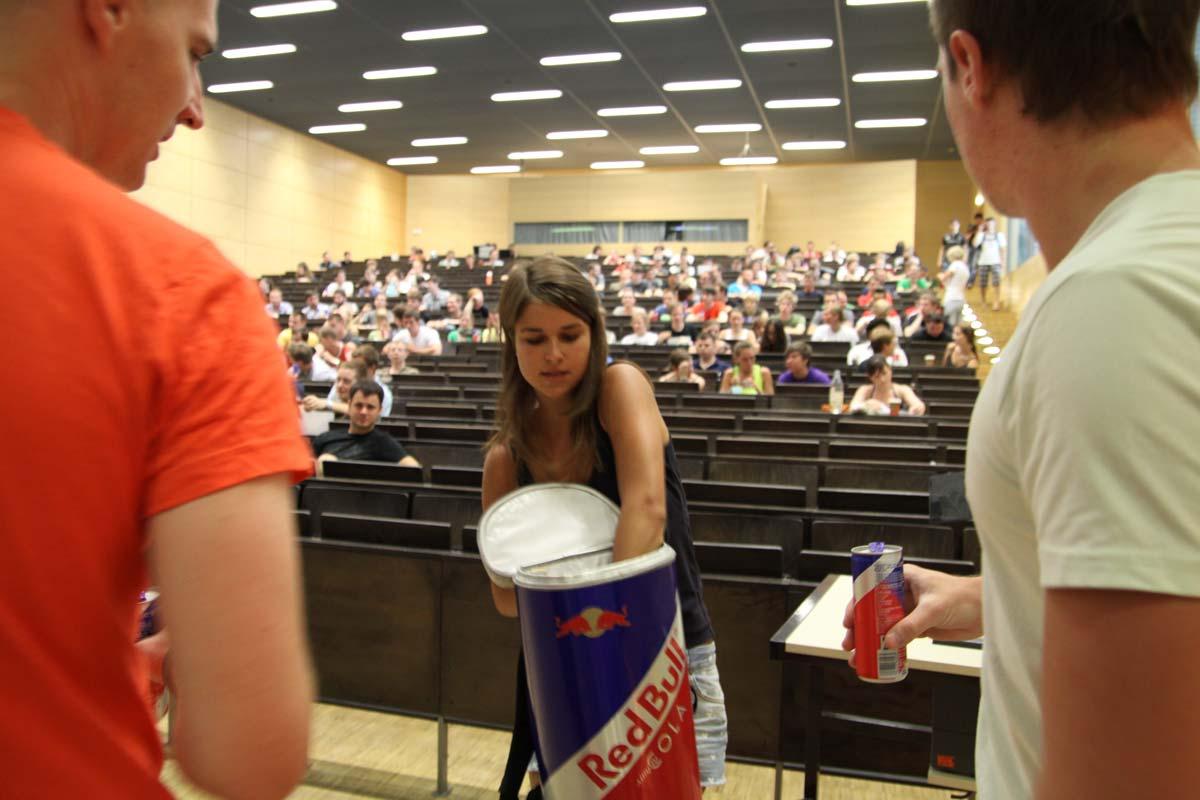 Es gibt für die Studenten der TU Dresden freie Red Bull für die Guerilla Kampagne von CROMATICS.