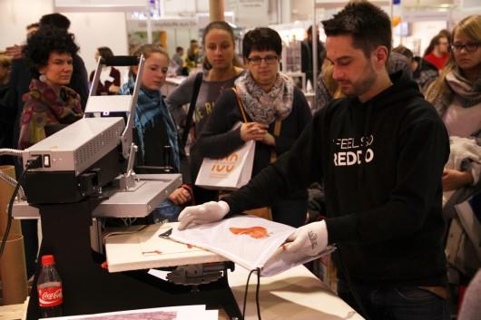 Mitarbeiter von Reddo bedruckten die Beutel. Diese konnten von den Messebesuchern individuell gestaltet werden.