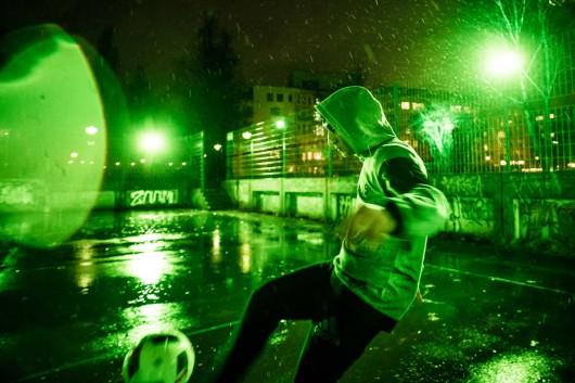 Die Kicker spielten im Regen für die Kampagne Boss everyone von adidas. Idee kommt von CROMATICS.