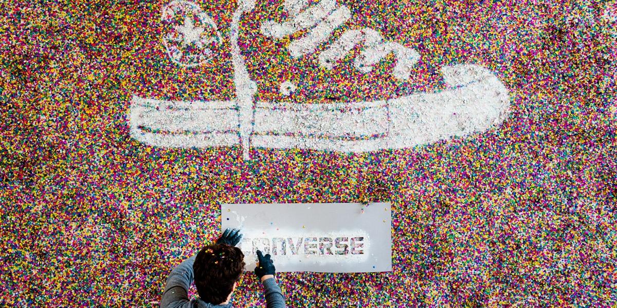 Mit Konfetti wurde der Converse All Star Turnschuh an die Wand gebracht.