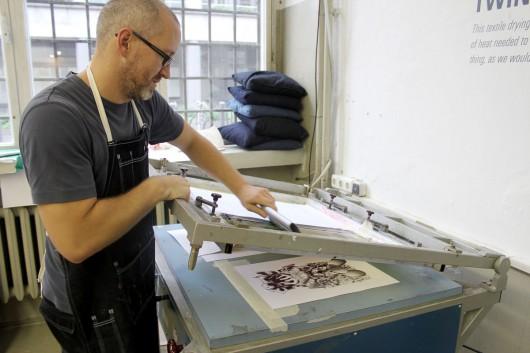 Professionelle Künstler aus Berlin betreuen den Print Workshop von Levis. CROMATICS kuratiert Künstler in ihrem Künstlerportfolio.