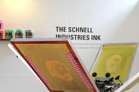 Die Siebdruck Maschinen in der Levis Print Werkstatt zieht Berliner an.