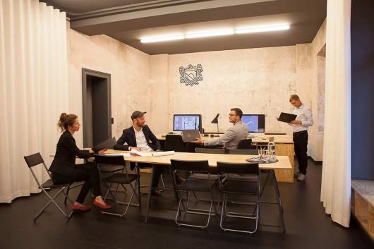 Das Team von Alexander Poetzsch Architekten in der Rudolf-Leonhard-Straße in Dresden. CROMATICS entwickelte das Markendesign und das Büro Interieur.