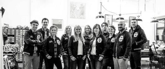 Die geballte Kraft des Team CROMATICS bei Johann Ruttloff, der unsere Jacken gemeinsam mit der Geschäftsführung entworfen hat.