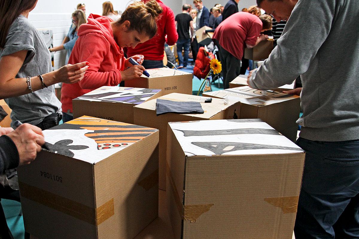 Die Kartons wurden von den Mitarbeitern selbst gestaltet und zusammengesetzt.