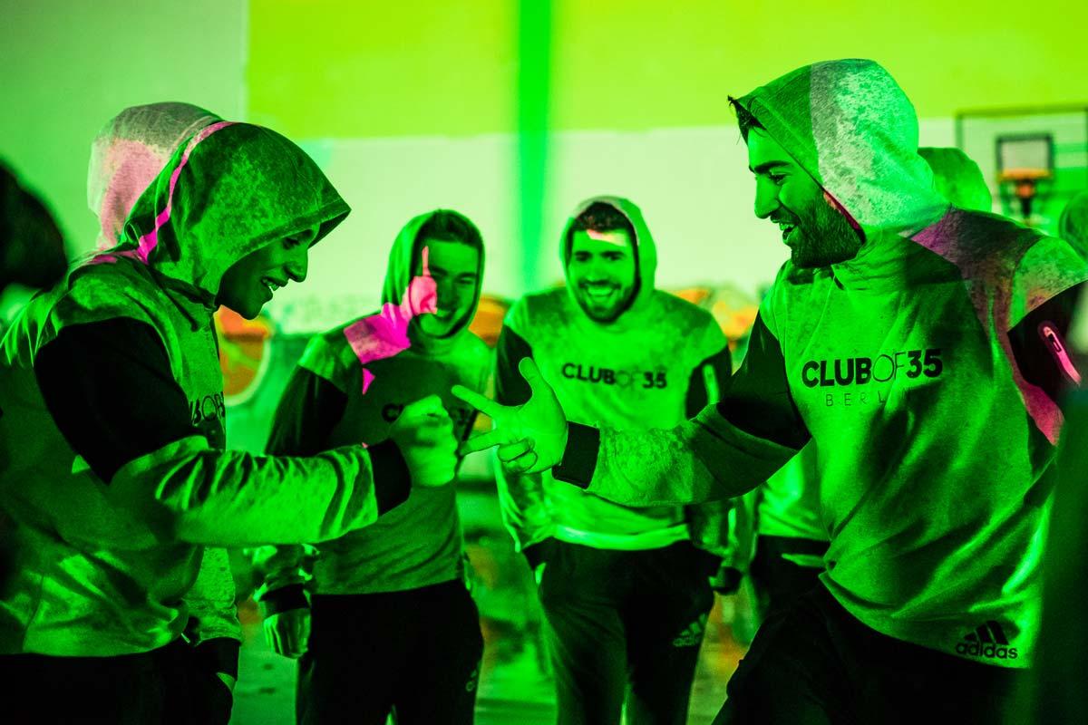 Vorfreude auf den Videodreh für adidas und CROMATICS. Die Spieler freuen sich drauf zeigen zu können, was sie drauf haben.