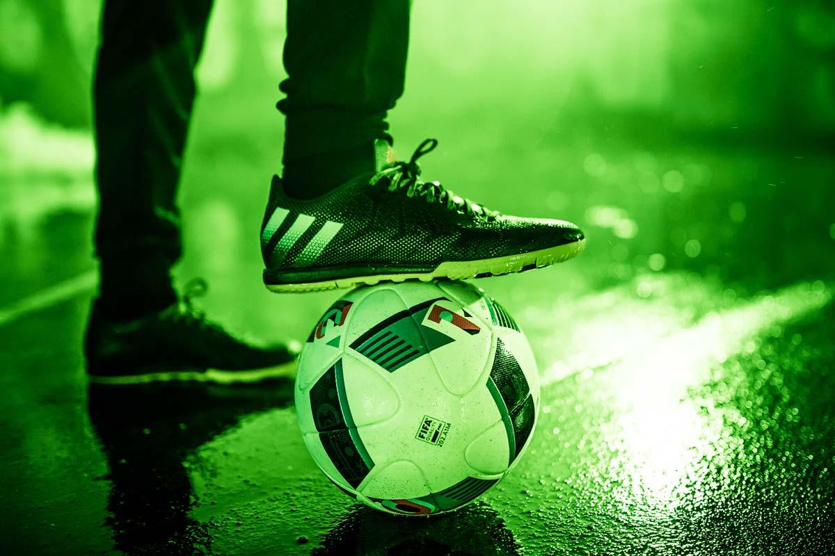 Der Ball klebt immer am Fuss. Genau das zeigten uns die Berliner Kicker für CROMATICS und adidas.