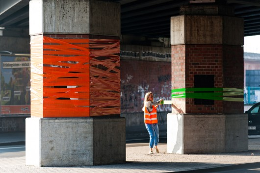 Brückenpfeiler gestaltete CROMATICS bunt. Mehr Farbe kam in die Stadt Berlin.