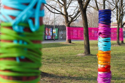 Mit Farbbändern brachte CROMATICS mehr Farbe in die Stadt. Die auffälligen Farben verschönerten Bäume ohne einen bleibenden Schaden zu hinterlassen.