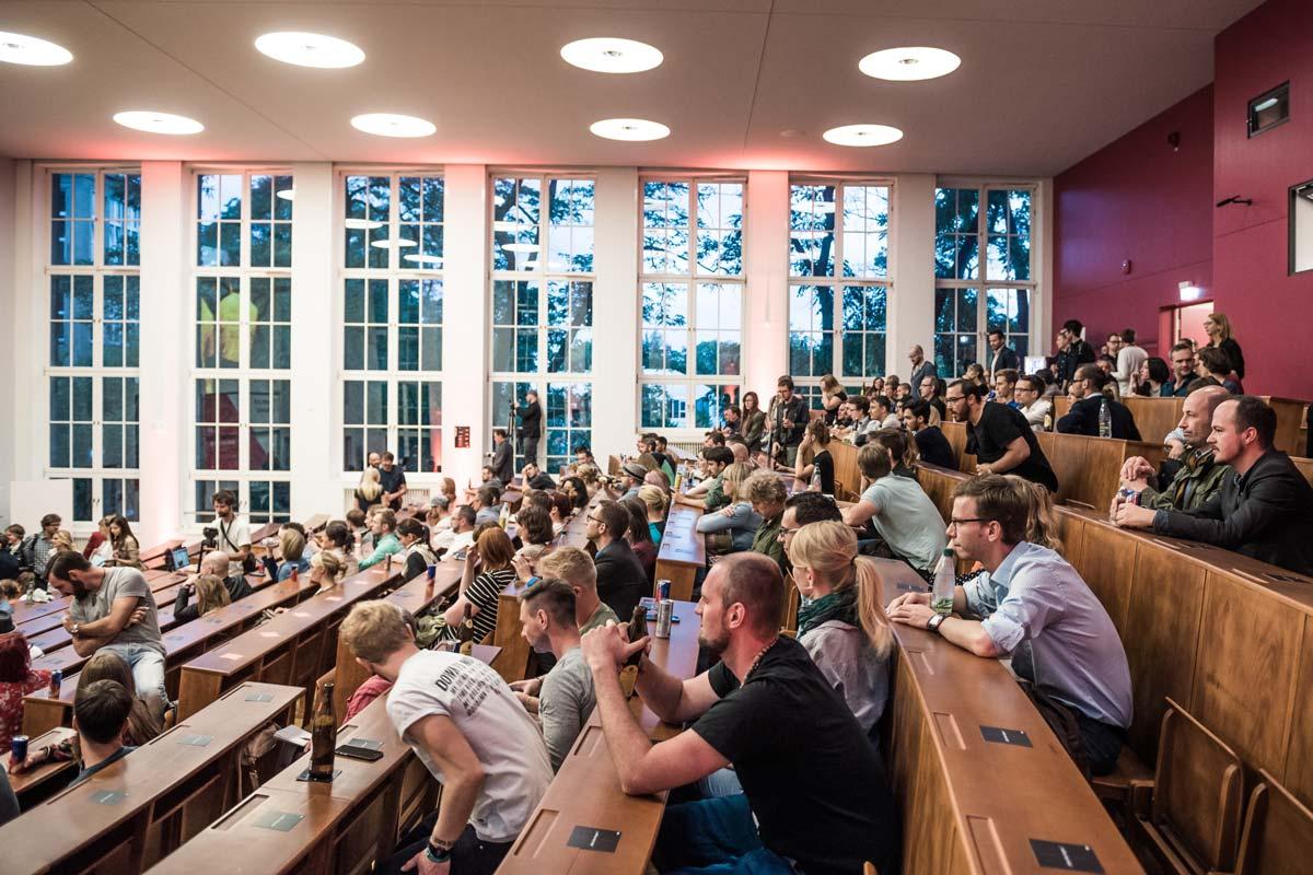 Begeisterte Zuhörer bei der 99U Local in Dresden. Der Vorlesungssaal des Georg Potthoff Bau der TU Dresden ist voll.