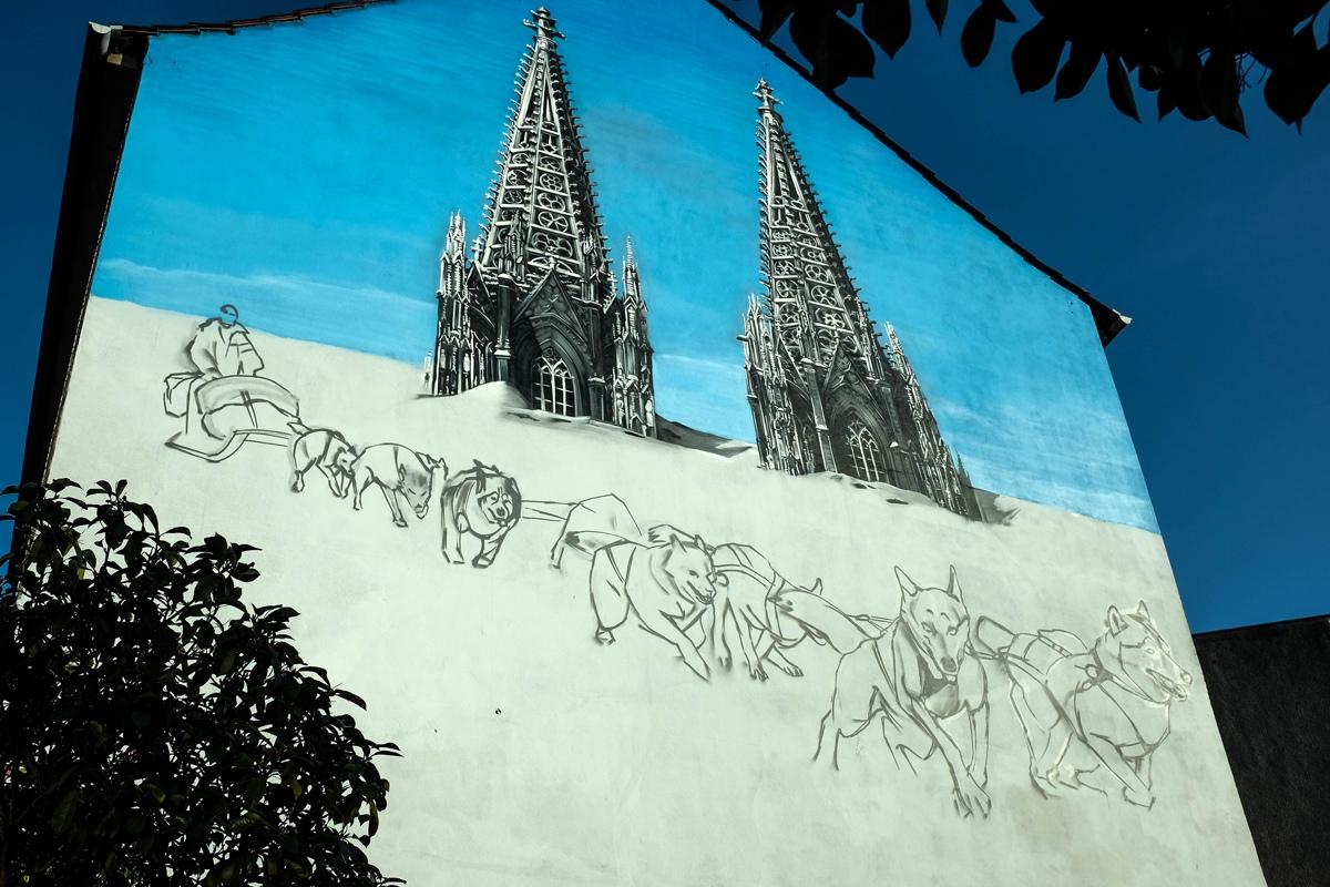 Ein Kunstwerk als Außenwerbung entsteht. Weiße Seite und CROMATICS haben sich dazu in Köln für die Verkehrsbetriebe ausgetobt.