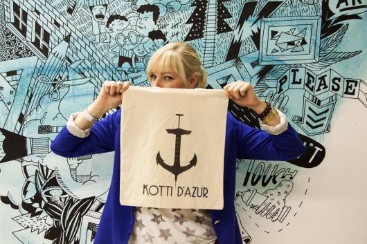 Eine Frau hält ihr selbstgestaltetes Bag hoch. Sie hat es in der Levis Go Forth Werkstatt von CROMATICS selbst gestaltet und gedruckt per Siebdruck.